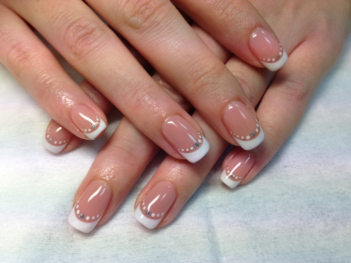 Френч шеллак с дизайном на короткие ногти